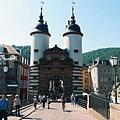 老橋入口的拱門