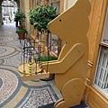 5-31 拱廊裡的玩具店,標誌是隻熊