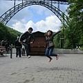 鐵橋前的跳躍