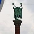 市政廳旁邊吹著奇怪樂器的銅像
