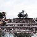 港邊公園前的噴水池與雕像