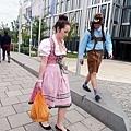 前往啤酒節會場途中,開始出現傳統服飾人潮!