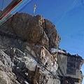 接近山頭,就可以從纜車內看到最高點的金色十字架