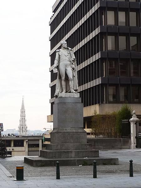 公園外的雕像,不知道是誰,穿著法國的軍服