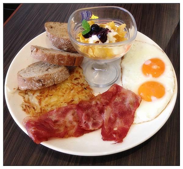 早午餐-培根+太陽蛋+薯絲煎餅+歐式綜合麵包+水果優格脆片