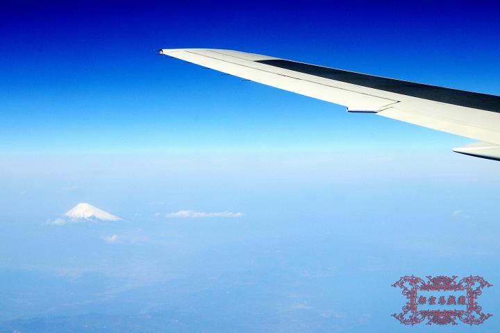 沒錯,您看到的那一顆小小的白色三角型物體就是日本富士山XD
