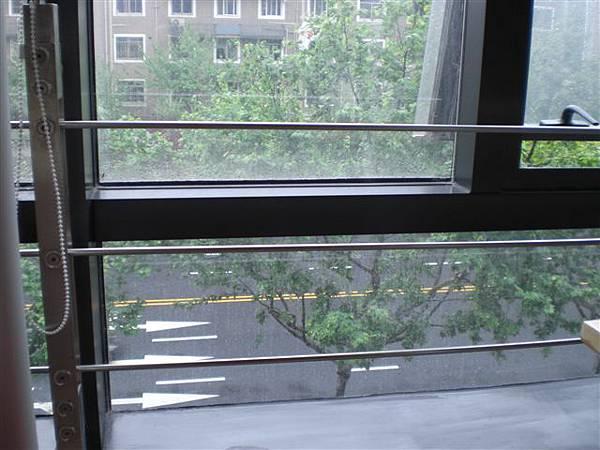 咖啡館在三樓,窗外正好是綠樹樹影。