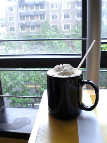 坐在窗邊喝咖啡看著微雨街景,超享受。