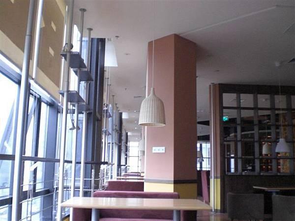 咖啡館整面落地窗,採光極佳。