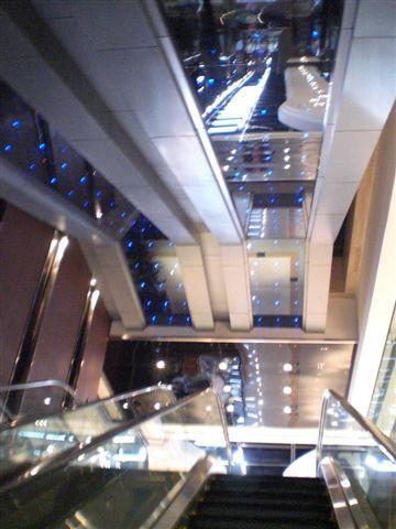 電扶梯上的LCD小燈像是小星星一樣,閃著藍光。