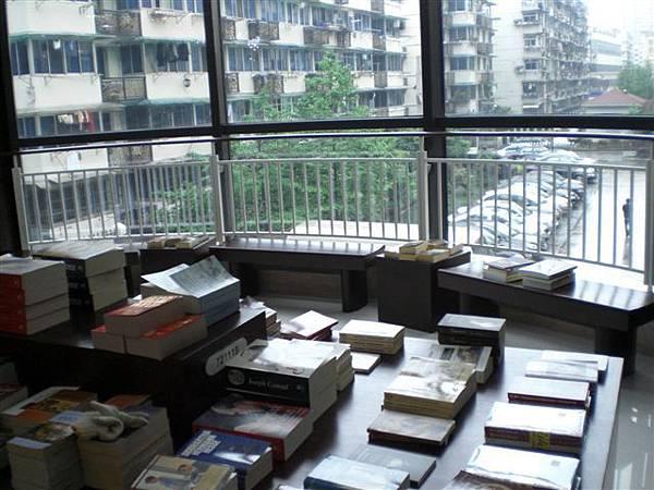靠窗邊也有很多座位可坐著看書