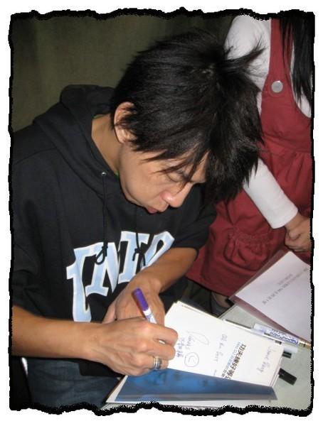 23_2008.03.23_夜貓溫馨聽友聚會_Dennis簽名中.jpg