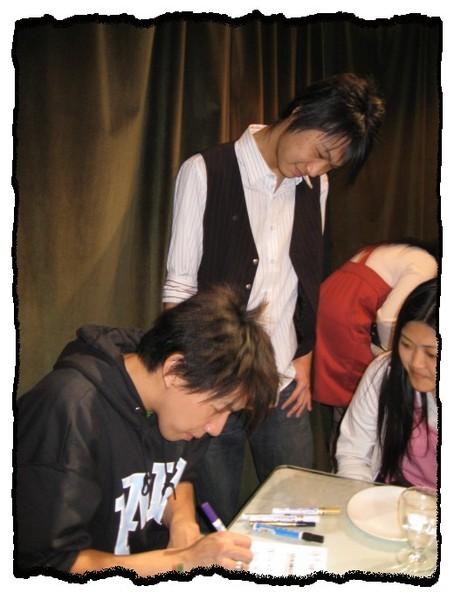 24_2008.03.23_夜貓溫馨聽友聚會_Dennis簽名中.jpg