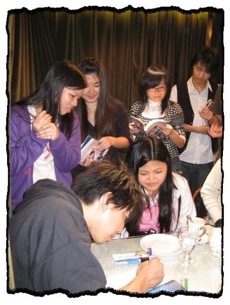 26.2008.03.23_夜貓溫馨聽友聚會_Dennis簽名中.jpg