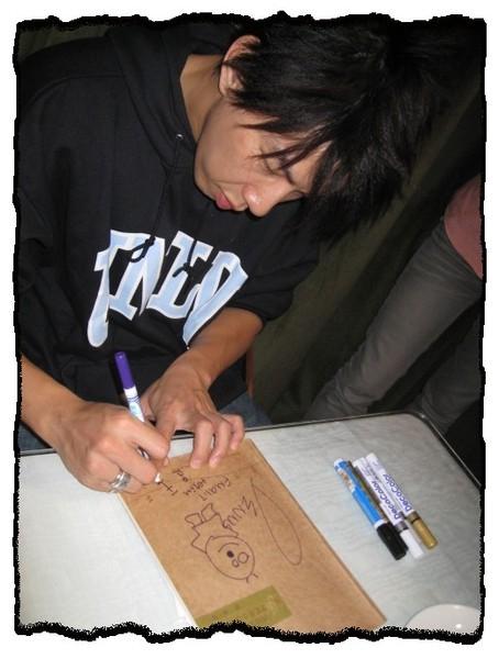 28.2008.03.23_夜貓溫馨聽友聚會_Dennis簽名中.jpg