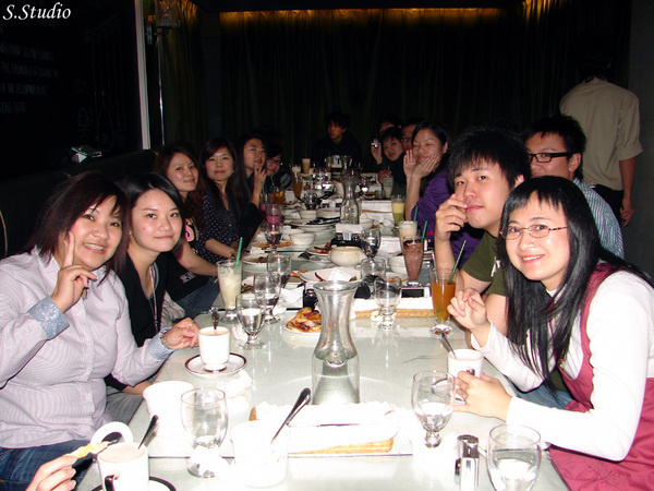 2008Year聽友聚會_26_老闆在閃光燈閃不到的桌子盡頭.jpg