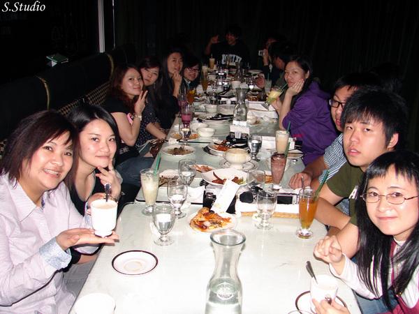 2008Year聽友聚會_27_老闆在閃光燈閃不到的桌子盡頭.jpg