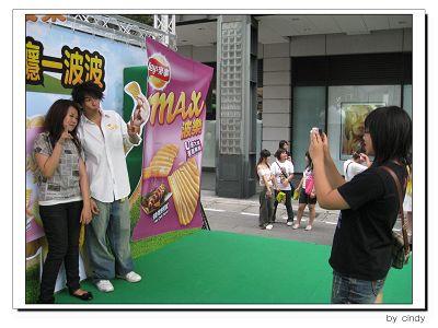 2009.06.06_樂事洋芋片代言活動_排隊拍照耶_18.jpg