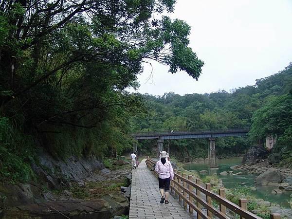 遠眺觀瀑吊橋