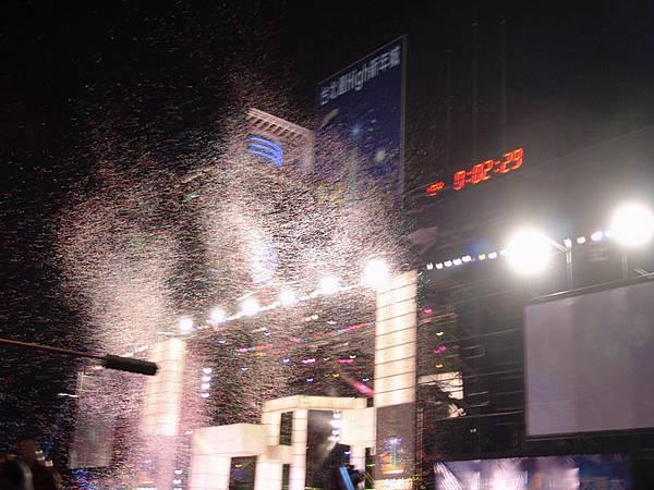 市政府舞台噴出彩紙