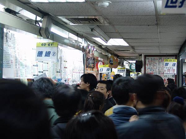 走道上擠滿了人