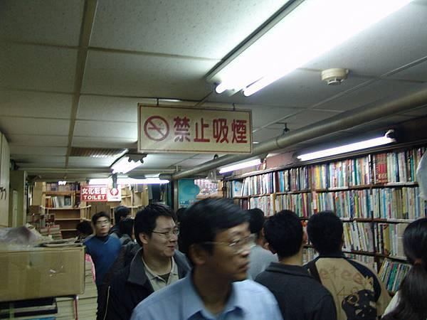 這裡的舊書攤讓我挖過一些絕版書