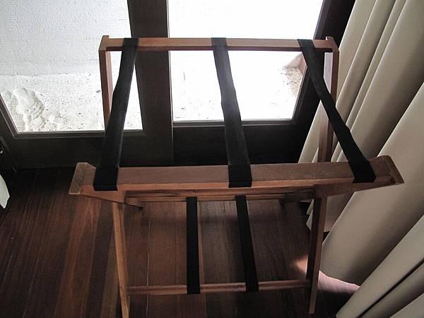 69-床邊的行李架