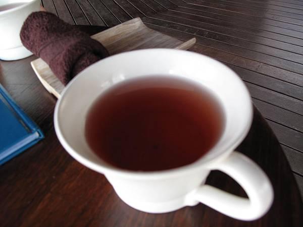 08-先送上一杯冷茶再請客人塡寫基本資料與個人身體狀況表.JPG