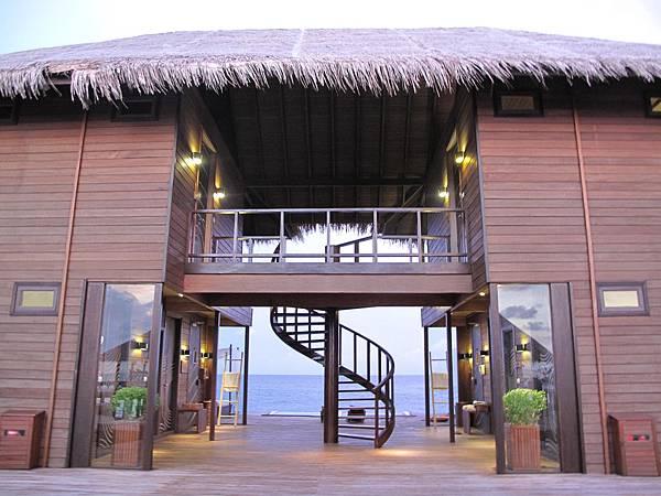 10-穿過入口處的 Bonthi (Chill Out Lounge) 這裡是給SPA客人休息專用, 不過房客如果沒做 SPA 但願意付10塊美金還是可以來.JPG