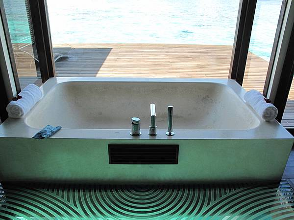 15-靠窗有浴缸.JPG