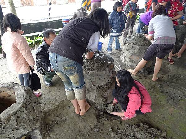 2/25我们挖好土在封窯了唷..等等就有好吃的午餐唷