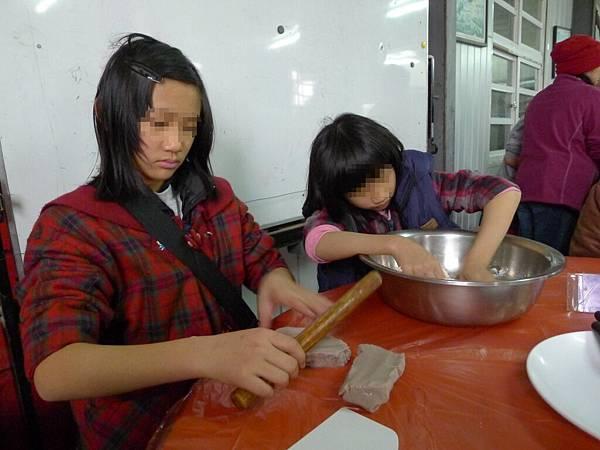 2/25我们在揉麵團要做大甲芋頭酥