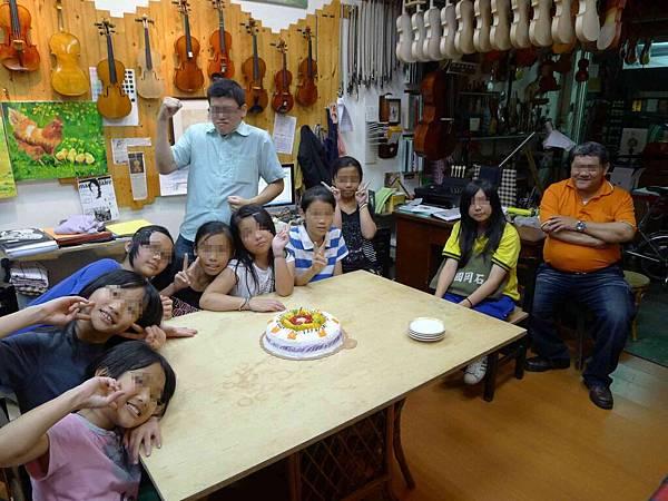 5/14-感謝小提琴老師.所以帶蛋糕和老師分享-1