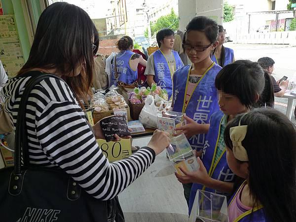 5/27-世界和平會的義賣活動-小朋友募發票和零錢-2