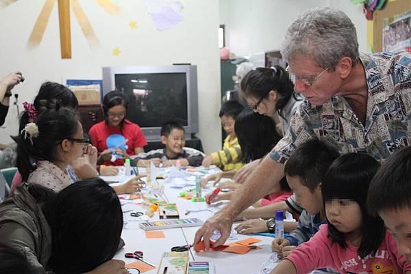1103-萬聖節,孩子們與外師第一次『甜蜜接觸』-11