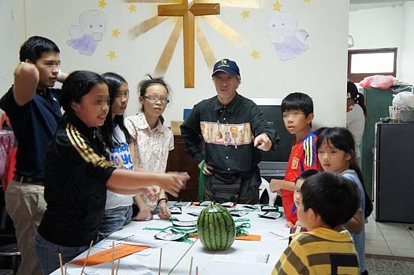 1103-萬聖節,孩子們與外師第一次『甜蜜接觸』-4
