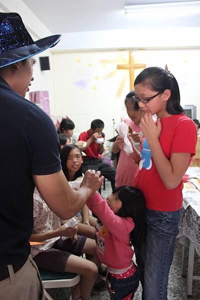 1103-萬聖節,孩子們與外師第一次『甜蜜接觸』-7