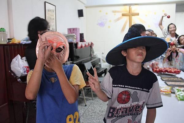 1103-萬聖節,孩子們與外師第一次『甜蜜接觸』-8