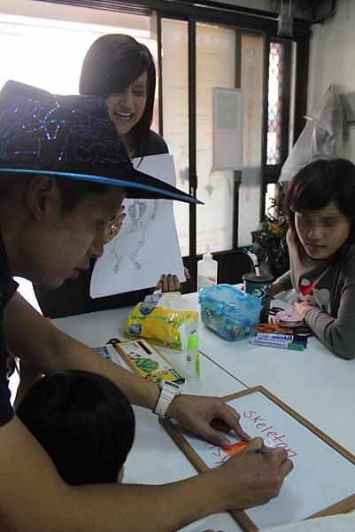 1103-萬聖節,孩子們與外師第一次『甜蜜接觸』-9