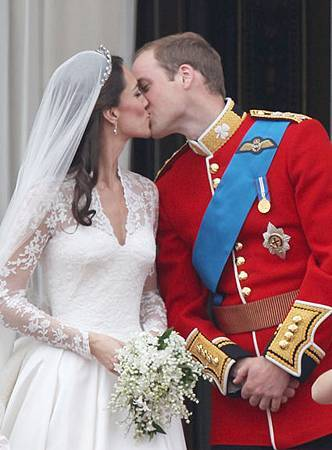 prince_william_kate_middleton_kiss_april29_312.jpg