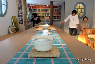 茶葉包裝為白牆增添了色彩