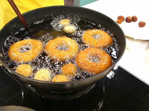 奶茶核桃甜甜圈入鍋油炸