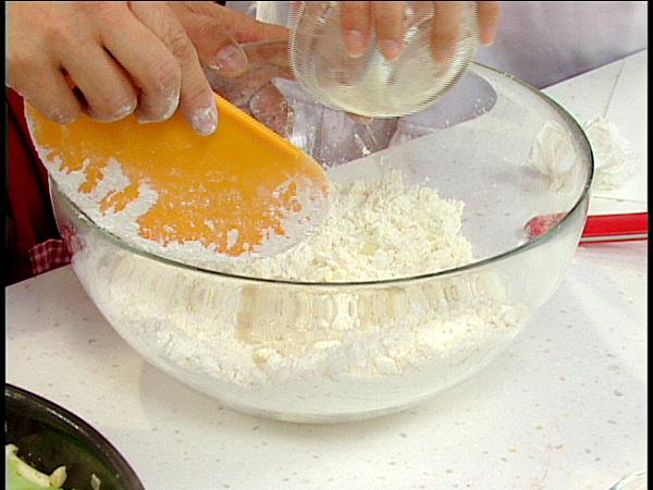 鹽放入冰水中拌溶後慢慢加入 壓拌成糰