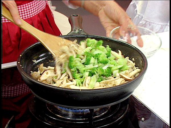 爆香大蒜,再放入洋蔥和菇類和青花菜拌炒