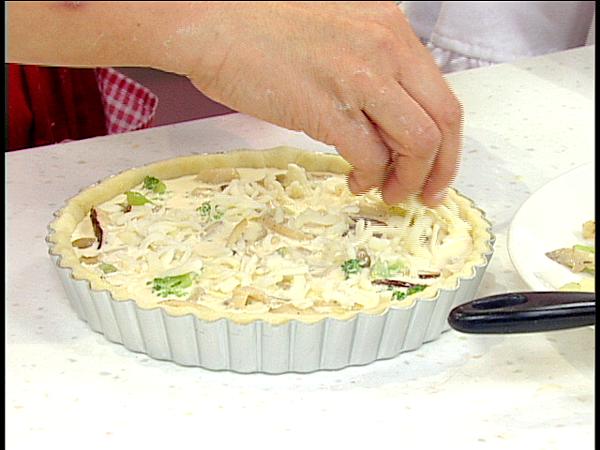 四.將內餡填入派皮中,淋上蛋液至八分滿表面灑上乳酪絲入爐烤焙