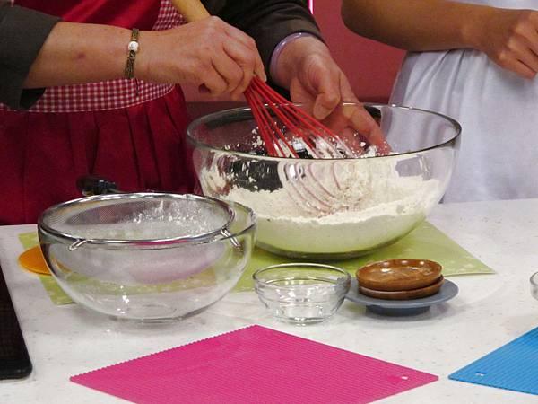 低筋麵粉+泡打粉+細砂糖+鹽過篩後,再將香蒜鹽/義式綜合香料/迷迭香/起司粉加入拌勻