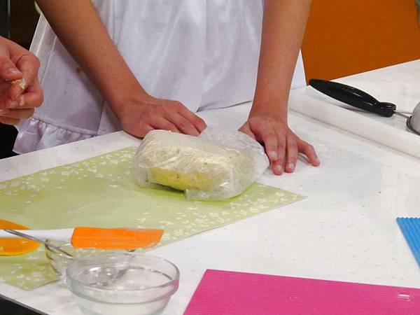 麵糰以塑膠袋包好鬆弛30分鐘以上
