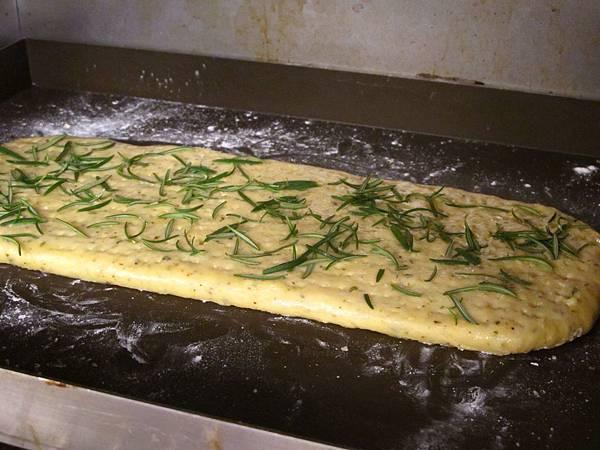 在麵皮上戳洞,放入烤箱中以上210℃/下火180℃烤至表面呈淡金黃