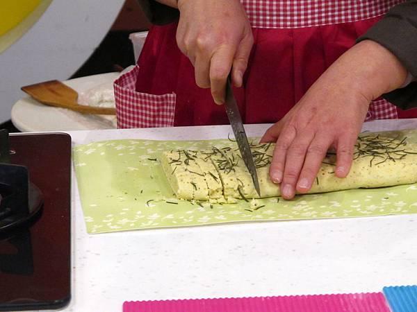 將放涼的餅切成1x10公分右的條狀,放入烤盤以150℃二度烤焙至金黃