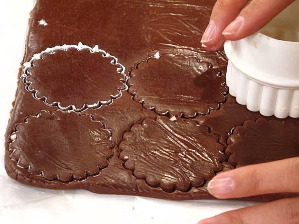 向日葵雙色餅乾做法:以菊花模壓出形狀